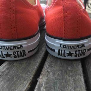 Ett par röda converse skor i storlek 39,5. Aldrig kommit till användning, jättefint skick och bra kvalite