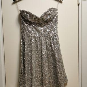 Glitter klänning i fint skick från Asos strl 34.