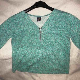 tröja från Beyond retros egna märke köpt 2018🥰 knappt använt den, fint skick!  står ingen storlek i men passar en s-m. frakt tillkommer 💞