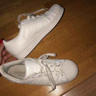 Adidas superstar helvita i storlek 38,5. Väldigt sparsamt använda och har stått i två års tid. Köptes för 900kr men säljer för 250kr.