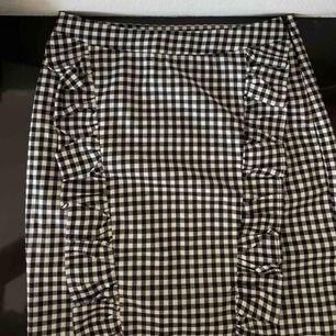 Köparen står för frakt, kan mötas upp i Borås🌸 •Väldigt gullig kjol som tyvärr är för liten  •sällan använd💕