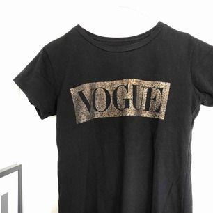 Cool t-shirt med VOGUE tryck på😎⚡️ Lite större t-shirt så väldigt snyggt att stoppa in i jeansen🐆 frakt kan tillkomma⚡️