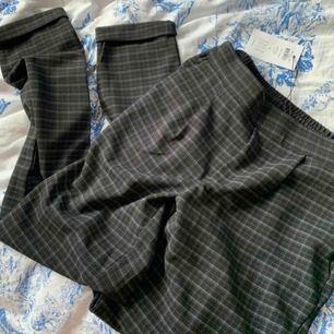 Supersköna kostymbyxor från Jacqueline de Yong! Aldrig använda. Väldigt stretchiga, passar lätt XS-M. Svarta med rutigt mönster. Fri frakt!