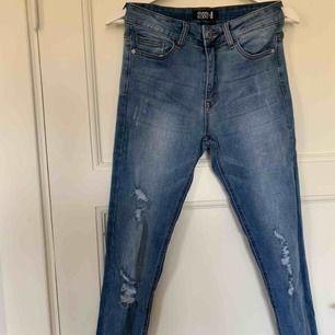 Ett par blåa jeans från Even & Odd. Storlek S. ALDRIG använda!! Finns i Karlskrona, annars står köparen för frakten!! (Frakten ingår i priset!!)