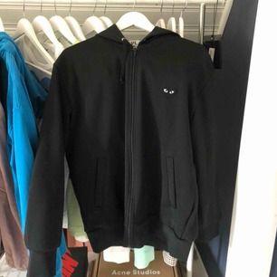 cdg zip hoodie svart size xl men sitter som medium jättebra skick