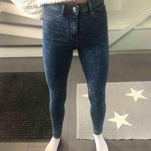 """Blåa jeans med vitt """" mönster """" från Ginatricot. Storlek xs, passar mig som är ca 160 lång! Köpta förra året, använt de ungefär 3 gånger. Priset är 50kr+frakt ( frakten går på runt 30-50kr )😆😆 Skriv privat vid frågor eller intresse"""