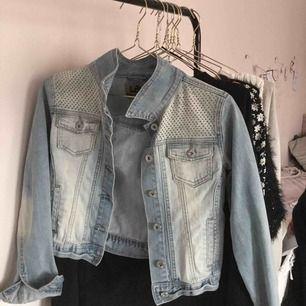 Snygg jeansjacka från secondhand😍 glitter detaljer, melerade färger som skiftar! As cool. Knappt använd. Fint skick