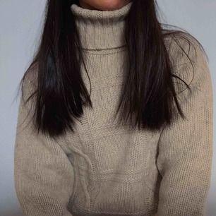 stickad tröja, man kan ha den som en stickad klänning också, om man är ca 160 cm, annars är den nog för kort, aldrig använd!
