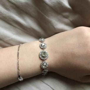 Säljer mitt super fina armband från lily and rose då jag aldrig använt den, i färgen silver. Orginalpris var runt 1000kr när den köptes och jag säljer min för endast 750kr! Kan även tänka mig gå ner i pris. Kan frakta men då står köparen för kostnaden!