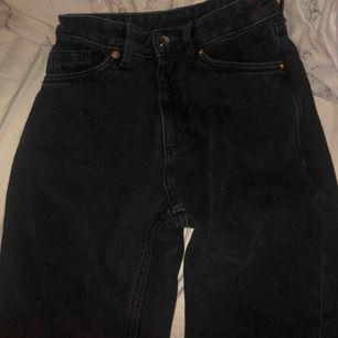 Oanvända Kimomo mom jeans från Monki som tyvärr är för stora på mina spinkiga ben. Tajt I midjan så om du ej har någon röv är dessa PERFEKTA :) Kostade 450 när jag köpte dem. Köparen står för frakt, om du bor i Gbg kan jag lämna över dem in person.