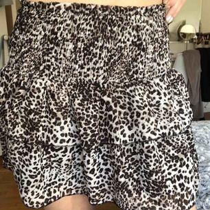 Jätte fin kjol med leopardmönster som knappt är använd!