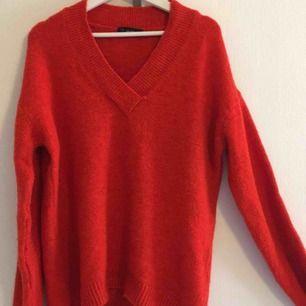 Stickad tröja köpt för ett tag sedan på chiquelle i storlek onesize, aldrig använd pågrund av att den är alldeles förstor för mig som har xs i vanliga fall, skulle säga L/XL