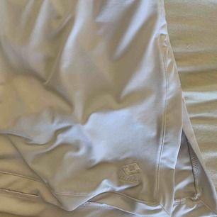 min älskade tenniskjol med en fin slits längst ner som köptes för flera år sedan! tyvärr passar den inte mig i midjan och har därför aldrig kommit till användning.