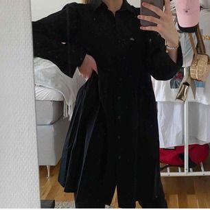 Köparen står för frakt, kan mötas upp i Borås🌸 Fin skjortklänning som aldrig används, endast testad💕 Ifrån ginatricot, meddela för fler bilder⚡️