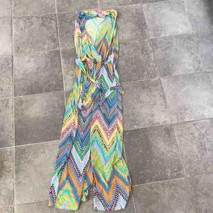 Super söt super vibrants  byxdress med sommarens alla fina färger super 70s hippie Vibe  Strl s - m men passar nog en m bäst om man vill att den ska sitta tightz  Frakt 60 kr