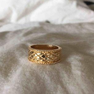 Säljer denna skitsnygga ring jag (köpt från Plick)  25kr + frakt    Funderingar eller annat bara att höra av sig, KRAM KRAM KRAM💖