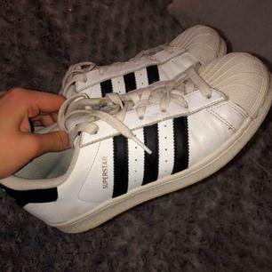 Adidas skor i modellen superstar. Använda men funkar fortfarande!🤩 köparen står för frakt, 63 kr.