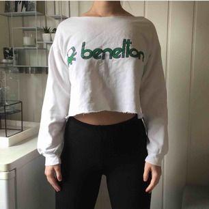 Benetton croppad tröja i storlek 36/38. Trycket har fade som ger en vintage stil. 263kr, fri frakt samt spårbar.
