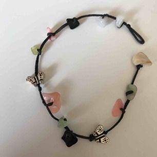 Gulligt armband  med stenar och fjärilar. Frakt 11kr