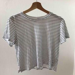 Jättefin croppad t-shirt från Monki! Väldigt bra skick då den är använd endast fåtal gånger. Passform: rak & croppad. Skriv privat för flera bilder :)