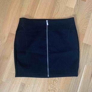 En söt kjol från Åhléns, i storlek 38 och säljer den nu då jag inte får på mig den 🙈 kan tänka mig att den passar mer ni som har XS-S! frakt ingår i pris 💫