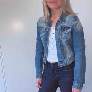 Kort, snygg jeansjacka från H&M.