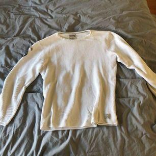Super skön sweatshirt med emblem från Jack & Jones  Välanvänd men tagit bra hand om