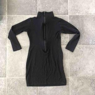 Det poloklänning från zara med drag kedja i ryggen elelr om man vill hoe it up så kan man använda dragkedjan där fram (brukade använda så hehe)  Fint skick  Frakt 60 kr