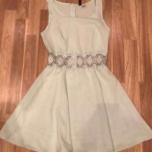 Mintgrön klänning i storlek 34, färgen är ej samma som på bilden då den är mer ljus mint grön och inte så grå som den ser ut, använd vid ett tillfälle
