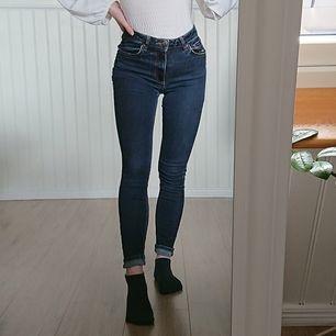 Mörkblåa tajta högmidjade jeans i strl 27. (jag brukar ha strl S/XS som referens.) Väl använda men fortfarande i bra skick. 90 kr, köpare står för frakt 💙