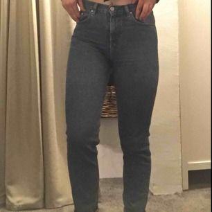 Så fina highwaisted mom-jeans från BikBok! Väldigt sparsamt använda då dom tyvärr är får små för mig. Skriv för frågor eller bättre bilder :)