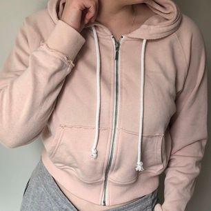 Puderrosa hoodie från Newyorker, använd några få gånger. Kan mötas i Stockholm eller frakt 63kr.