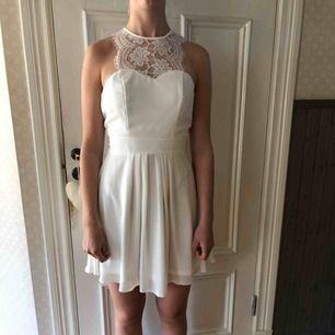 Vit klänning med vit spets. Passar till tex examen eller liknande. Skön, snygg passform och exklusiv. Super skick, använd 1 gång. Kan skickas. Har swich. Strl 34/xs. Säljes extremt billigt pga platsbrist. 100 kr