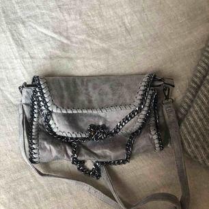 Liknande Stella McCartney Falabella väska. Mycket rymlig med avtagbart band. Aldrig använd därav inget slitage alls!