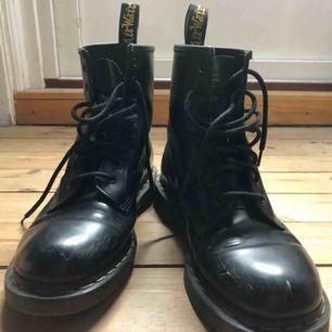 Klassiska svarta Dr Martens i modellen 1460 ! Asnajs skor, tyvärr lite slitna på vissa ställen (skickar fler bilder) men det gör inte särskilt mycket tycker jag eftersom att de ska vara tuffa 🖤 Säljer pga fel storlek:( Frakt tillkommer.