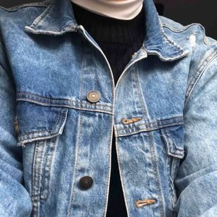 Svincool jeansjacka från hm. Den är köpt på herravdelningen, men fungerar minst lika bra om man letar efter en oversized, lite längre jeansjacka. Endast använd en gång, och därför som ny då även prislappen är kvar 😎