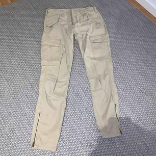 Beiga cargo pants från demin & supply Ralph Lauren. Bra skick. Frakt tillkommer!