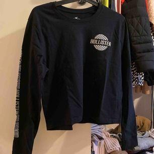 Hollister longsleeve T-shirt som är lite croppad i modellen! Använd ett fåtal gånger