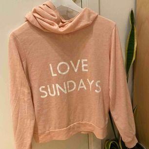 """Mysig tunnare """"kofta"""" från Westhill Redbird med trycket """"love sundays"""". Perfekt till pyjamasbyxorna!😍 Finns inte längre att köpa🙅🏼♀️ Köparen står för frakten!"""