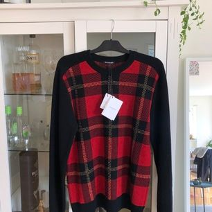 Aldrig använd Balmain tröja, lappar finns fortfarande kvar där det också ingår extra trådar för eventuell lagning i framtiden. Unisex storlek XL Nypris är 8000kr  Frakt tillkommer eller hämtad i Jönköping