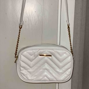 En söt liten handväska från glitter. Använd 2 gånger. Köpt för 100kr. Kan mötas i Uppsala eller skickas. Köpare står för frakt. Swish eller kontant.💗
