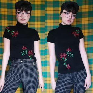 Superfin och unik t-shirt köpt secondhand med broderade blommor. Står ingen storlek men sitter bra på mig som vanligtvis har xs-s i storlek. Ganska små ärmhål så måste ha ganska smala armar. Frakten för denna ligger på 44 kr, samfraktar gärna! 😊👍