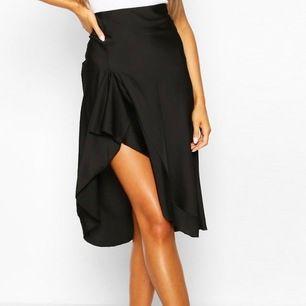 Nya plagg från boohoo som säljes pga att de ej passar mig, EJ använda, prislapp kvar. Svarta kjolen är storlek 40 och säljes för 150, nypris 180. Svarta kjolen med volangdetalj är storlek 40, säljes för 80 kr, nypris 108. Svarta bodyn är storlek 38, 80 kr