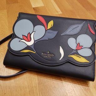 Grundblå handväska med valbar axelrem eller kuvert. 27x19x2cm. Köpt i USA precis innan coronalockdown och har inte sett någon liknande väska i Sverige. Du kommer vara unik! Oanvänd.