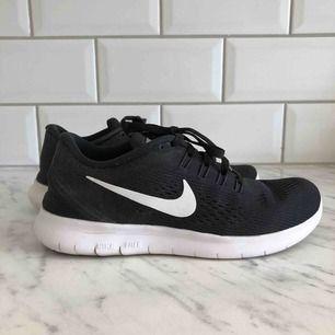 Nike Free Run W löparskor. Storlek 36,5. Mycket bra skick, använda väldigt sparsamt utomhus. Köparen står för frakten.