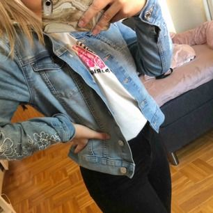 Jeansjacka från h&m, jag själv har i vanliga fall xs på kläder men denna passar mig så skulle säga att den passar på xs, bra skick! Köparen står för frakt och betalning sker via swish, kan mötas upp i Umeå😊💕