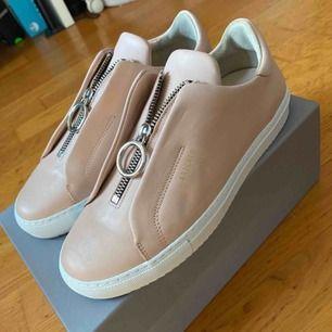 Axel Arigato skor i storlek 38 i nude rosa. Endast provade! Nypris 1800kr  Kan mötas upp eller skickas