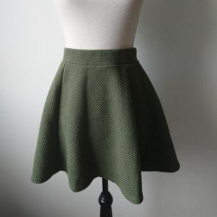 Grön kjol från H&M dragkedja i bak.  Storlek S  Begagnat men bra skick. Spår av användning finns.  70 kr + frakt