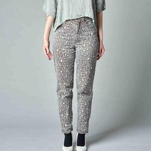 Ett par 80's jeans i djurmönstrat. Höga i midja, luftigare kring lår och smalare nertill.   Innerbenslängd 72 cm. Midja 66 cm. Frakt exklusive.
