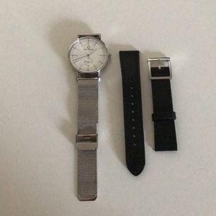 Jätte fin Carl Edmond klocka som är silver med vit urtavla, har även med svarta läderband som man enkelt kan byta till! Lätt att förstora och förminska klockan, använd fåtal gånger så i nyskick!